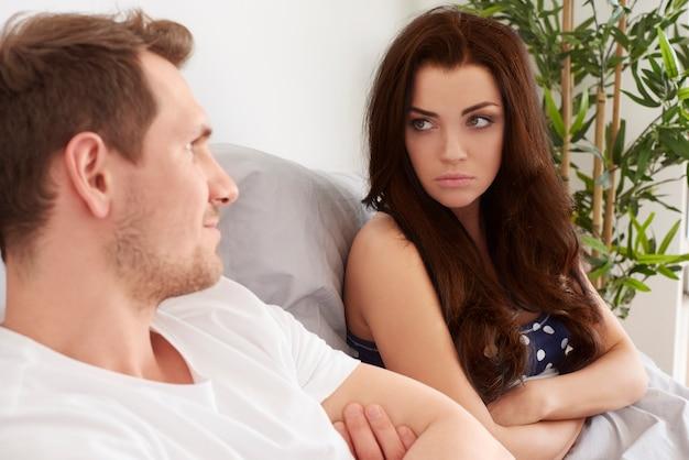 젊은 부부는 침대에서 어려운 문제가