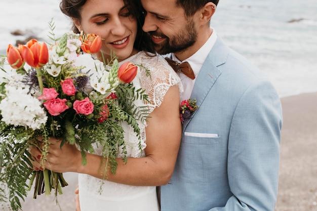 ビーチでの結婚式をしている若いカップル