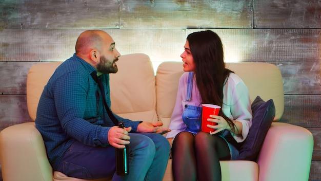 Молодая пара конфликтует на вечеринке с одним из своих лучших друзей из-за слишком большого количества алкоголя.