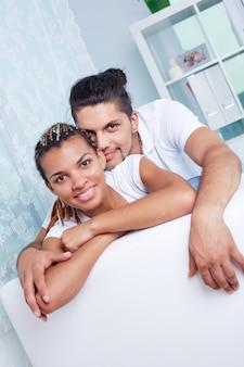 Молодая пара, имеющие хорошее время