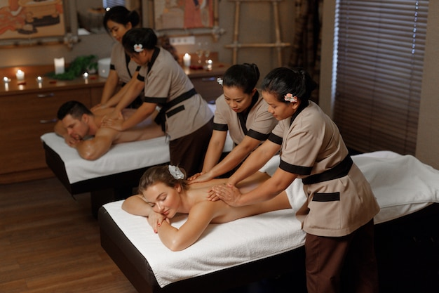 Молодая пара, имеющая профессиональный массаж