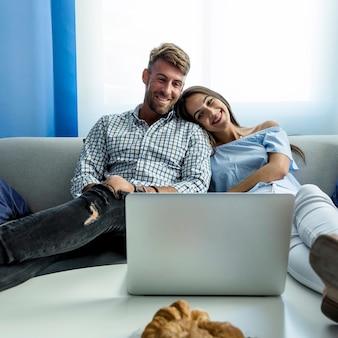 Молодая пара, имеющая видеоконференцию
