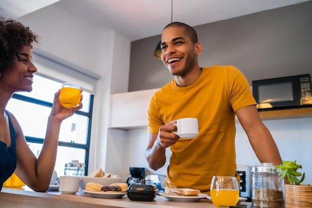 自宅で朝食を持っている若いカップル