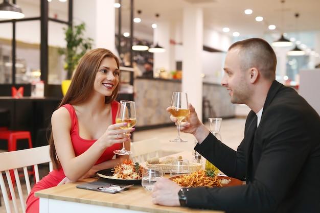 Молодая пара обедает в ресторане
