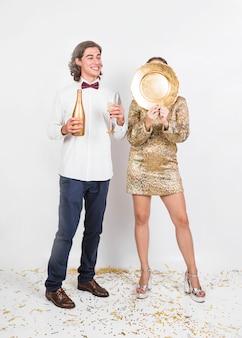 Молодая пара, с удовольствием на вечеринке
