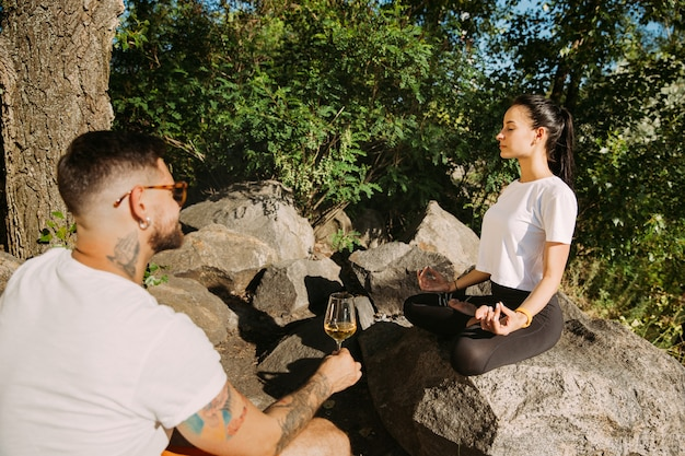 Молодая пара веселится на берегу реки в солнечный день