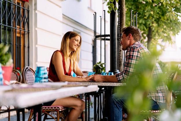 街で楽しんでいる若いカップル。関係の概念。
