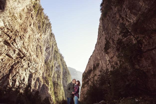 山で楽しんでいる若いカップル