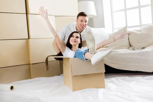 彼らの新しいアパートで楽しんでいる若いカップル