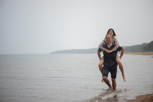Молодая пара весело на пляже