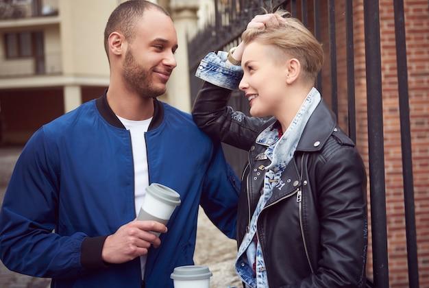 Giovane coppia che si diverte all'aperto
