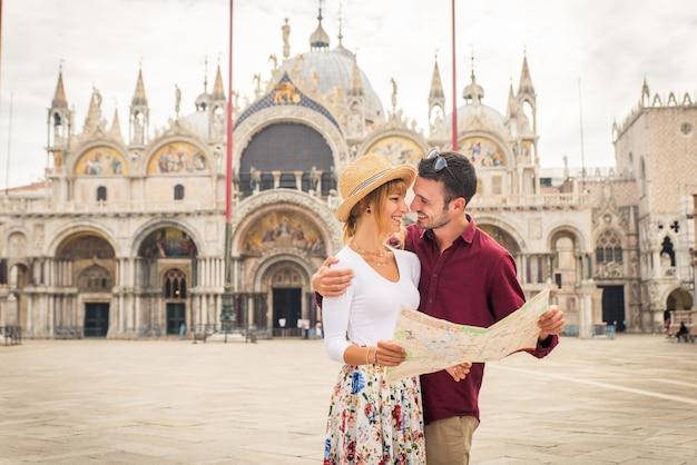 베니스를 방문하는 동안 재미 젊은 부부-이탈리아를 여행하고 베네치아의 가장 관련성이 높은 랜드 마크를 관광하는 관광객-라이프 스타일, 여행, 관광에 대한 개념