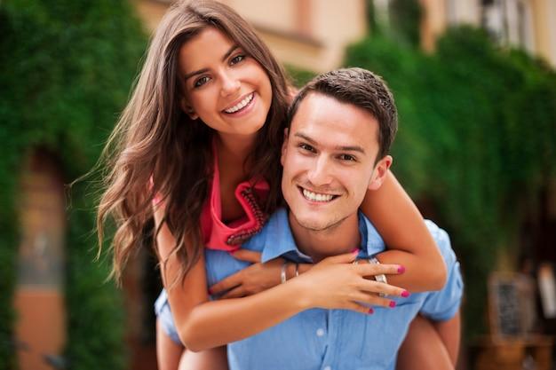 Giovani coppie che si divertono insieme
