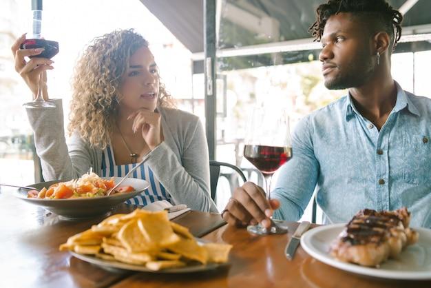 レストランで一緒に昼食をとっている若いカップル。