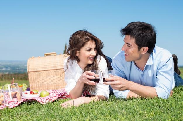 ピクニックを持っている若いカップル