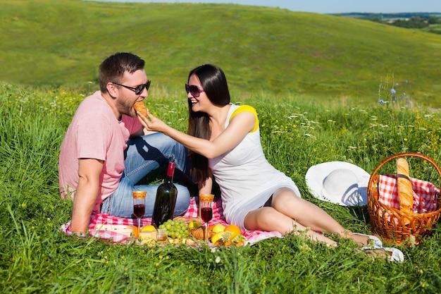 ピクニックをしている若いカップル