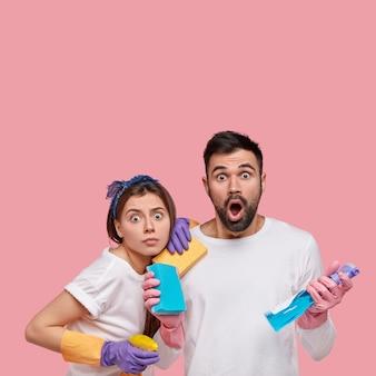 Молодая пара, держащая чистящие средства