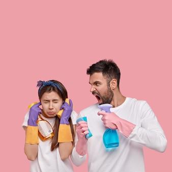 Coppia giovane azienda prodotti per la pulizia