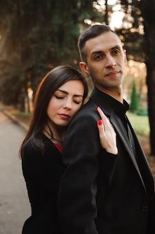 手を繋いでいる若いカップル笑顔、公園を散歩