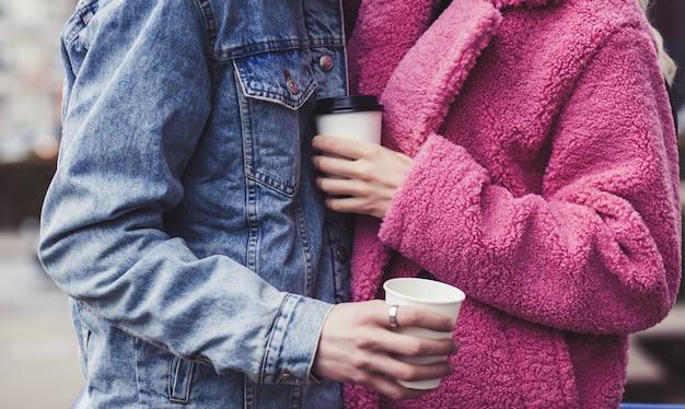 발렌타인 데이에 커피의 종이 컵을 들고 젊은 부부