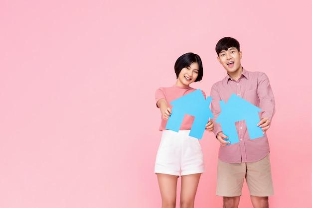 家のシンボルを保持している若いカップル