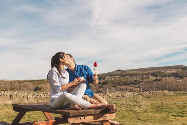 Молодая пара обниматься и наслаждаться вместе проводить время в сельской местности
