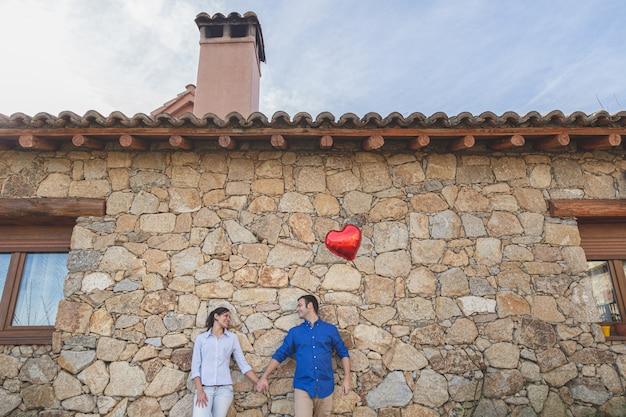 Молодая пара обниматься и наслаждаться вместе проводить время в деревне