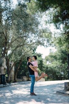 Молодая пара обниматься и флирт в парке встречи после разделения.
