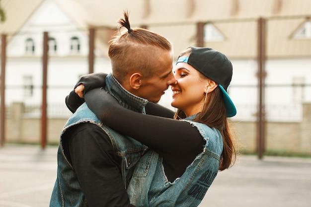 スタジアムで抱き合ったりキスしたりする若いカップル