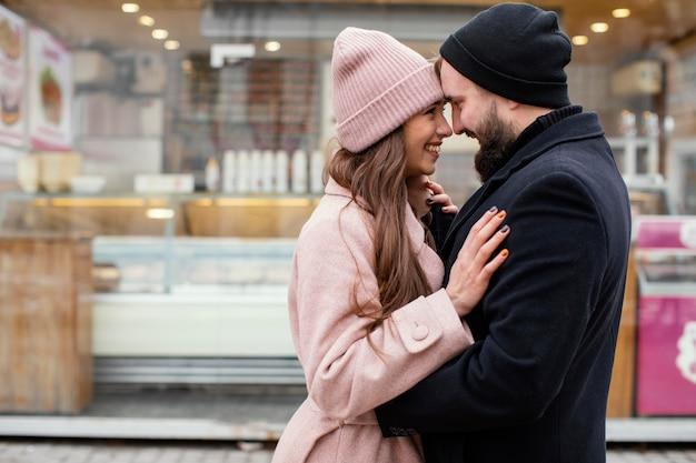 抱き合って見つめ合う若いカップル