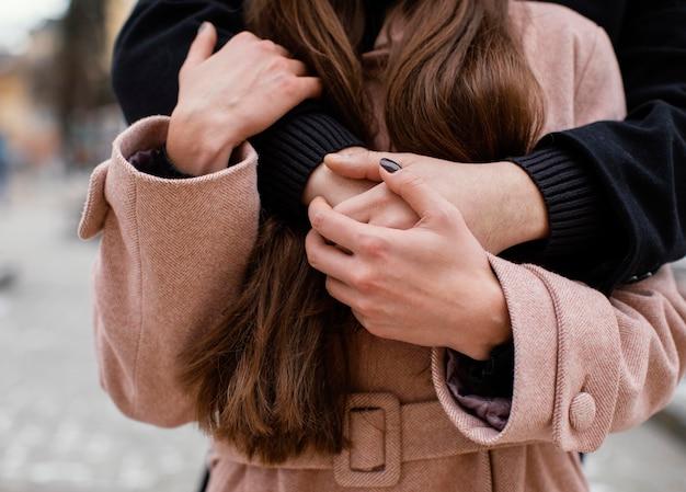 抱き締める若いカップルのクローズアップ
