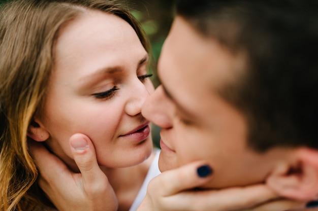 Молодая пара, обнимая крупным планом