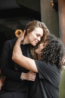 カフェで抱き締める若いカップル。
