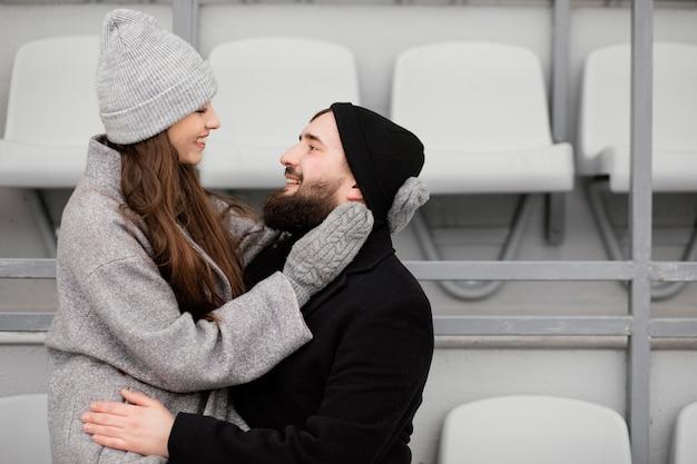 ベンチで抱き締める若いカップル