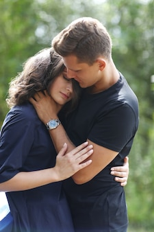 Молодая пара обниматься на открытом воздухе