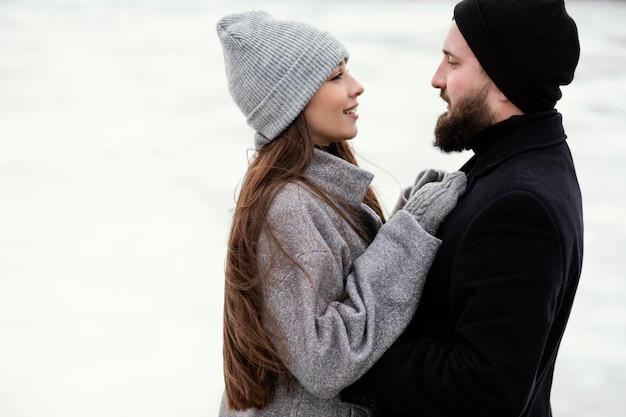 抱き締める若いカップル