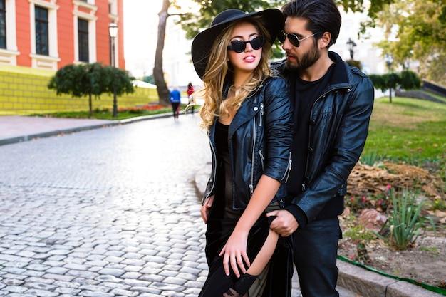 若いカップルが路上で抱擁します。