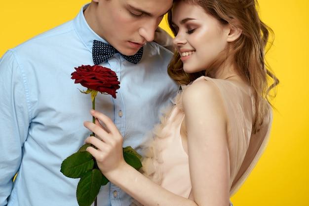 Молодая пара объятия романтика страсти роза цветок желтый фон