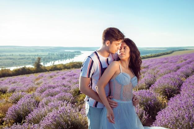 Молодая пара в лавандовом поле