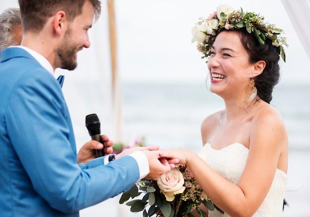 해변에서 결혼식에서 젊은 부부