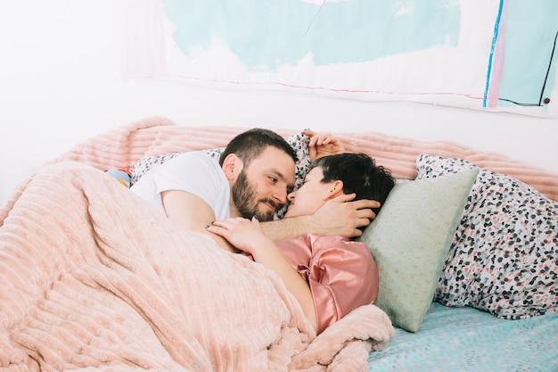 朝はベッドで若いカップル