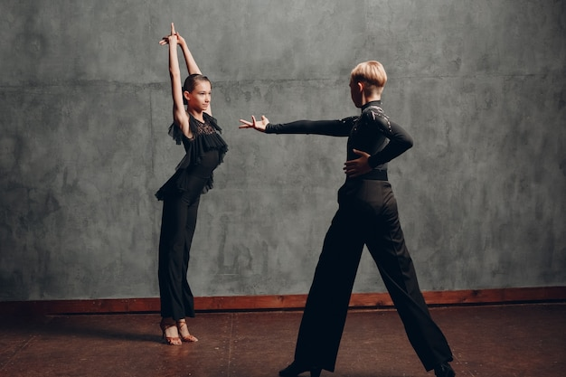 黒のダンスボールルームダンスパソドブレの若いカップル。