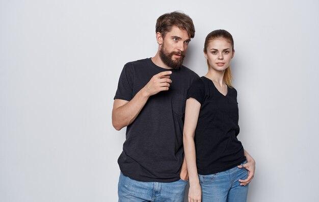 검은 티셔츠와 청바지 스튜디오 라이프 스타일 우아한 스타일의 젊은 부부.