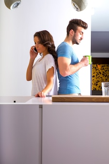 台所で不調和の若いカップル。
