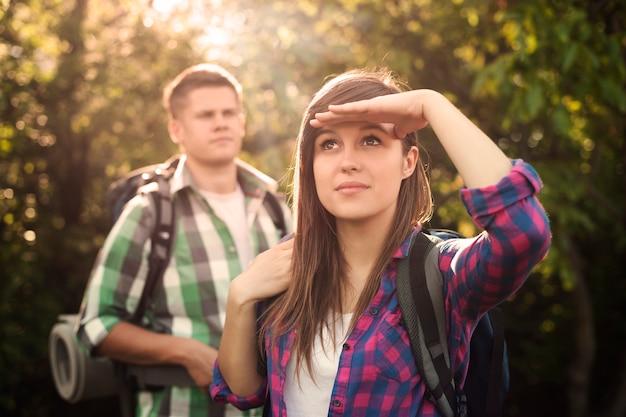 日没時の森の若いカップル