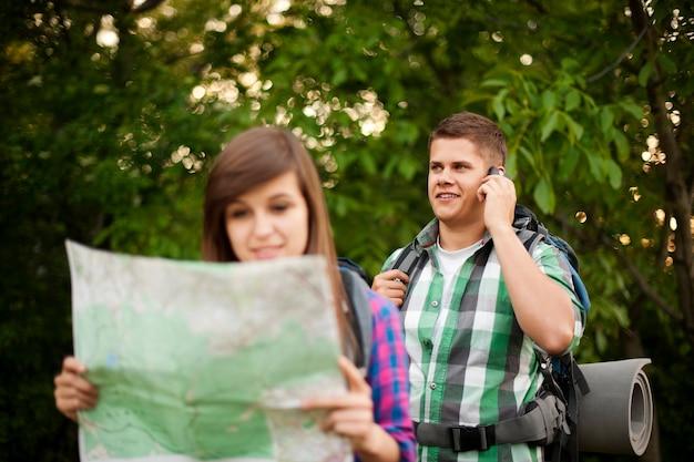 森の中の若いカップル