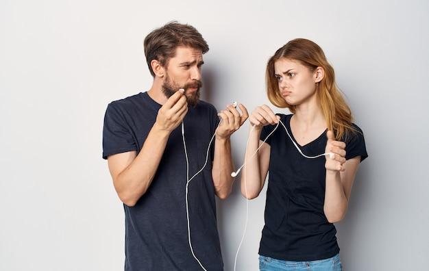 音楽を聞いてヘッドフォンで若いカップル楽しい友情の感情