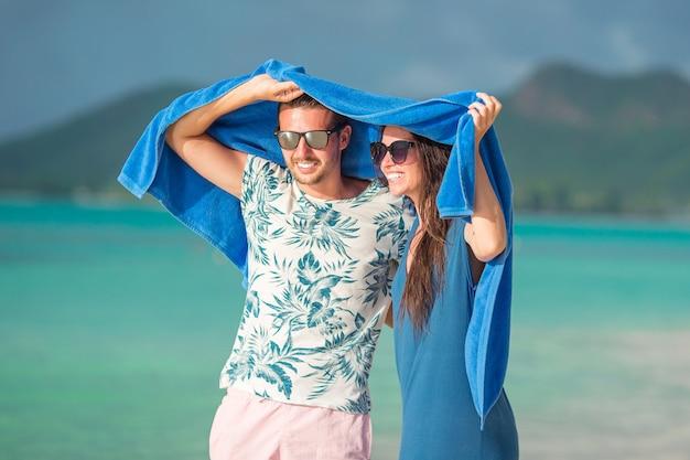 白いビーチで新婚旅行で若いカップル