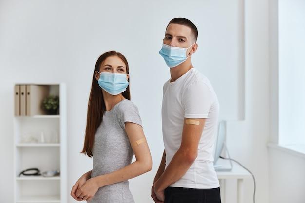 病院の共同ワクチン接種パスポート免疫保護の若いカップル