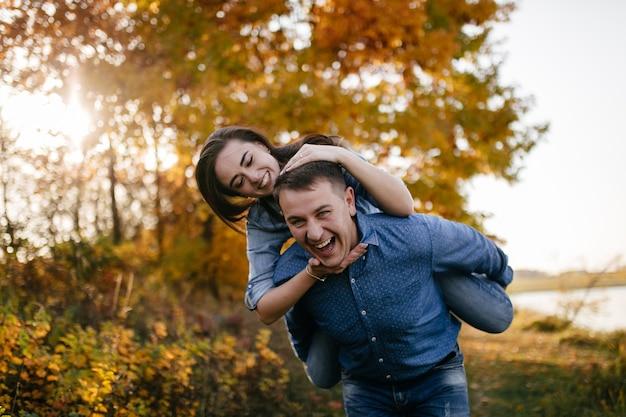 Молодая пара в любви. история любви в осеннем лесном парке